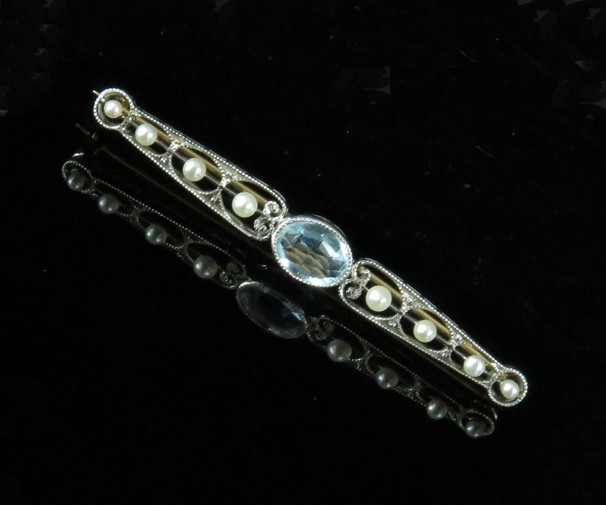 Edwardian Platinum and Gold Aquamarine Barpin with Pearls